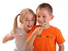 2 children brushing teeth
